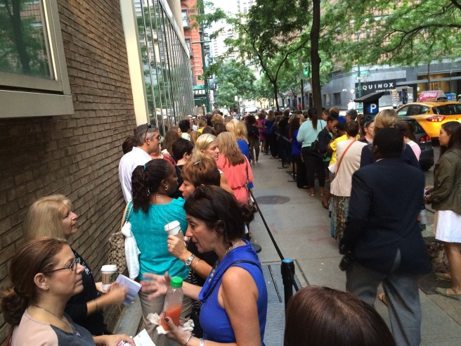 standing-in-line-649896_1280