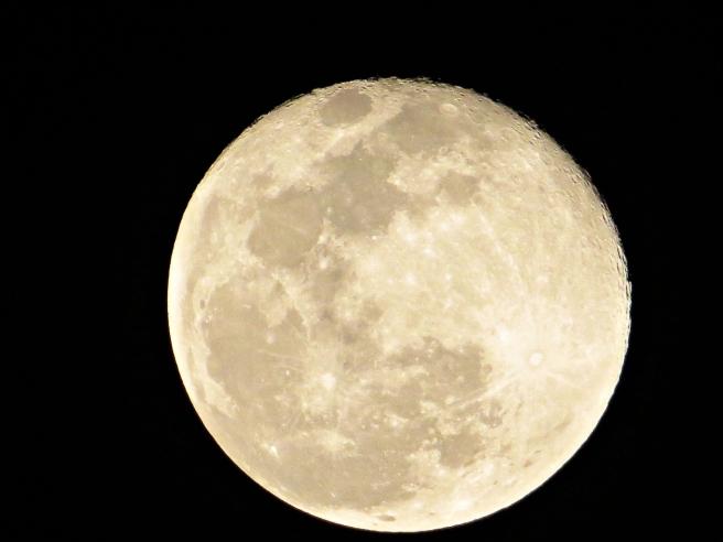 full-moon-at-midnight-close-up